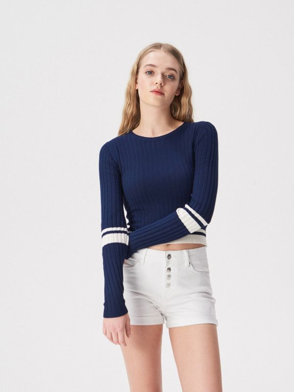 5229f047e738 Krátky prúžkovaný pletený sveter · Krátky prúžkovaný pletený sveter -  tmavomodrá - VO943-59X - SINSAY